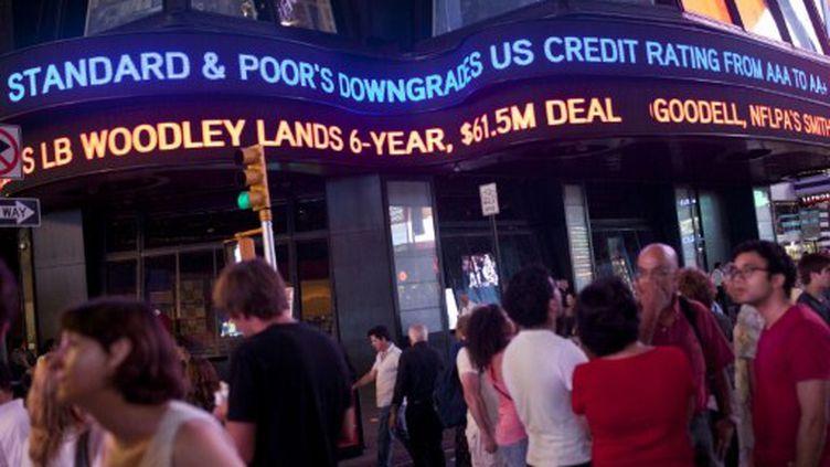 Bandeau déroulant de l'immeuble ABC avec annonce Standard & Poor's, à Times Square (NY), le 5 août 2011 (AFP/GETTY/ANDREW BURTON)