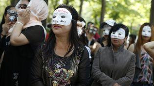 Des travailleuses du sexe se sont rassembléesà Parispour protester contre la proposition de loi renforçant la lutte contre la prostitution, le 11 juin 2015. (THOMAS SAMSON / AFP)