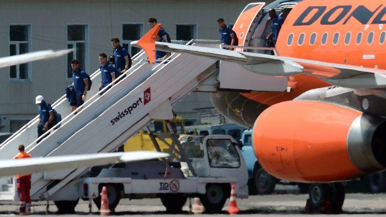 Les joueurs de l'Equipe de France à leur descente d'avion à Kiev (Ukraine), le 18 juin 2012. (FRANCK FIFE / AFP)