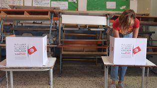 Une électrice vote pour la présidentielle en Tunisie à Tunis, le 13 octobre 2019. (FETHI BELAID / AFP)