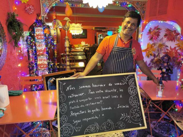 Jeganathan Kumaravelu devant le stand de vente à emporter dans son restaurant, le 22 avril 2020, à Nice. (MOTHER INDIA / FRANCEINFO)