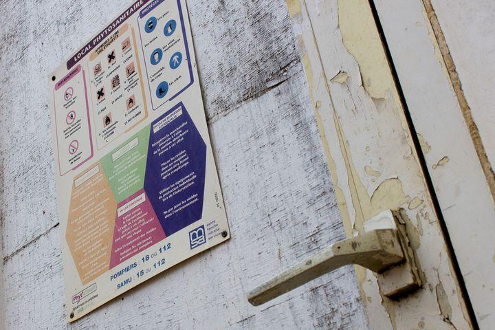 Un écriteau met en garde contre les dangers des produits stockés dans le local phytosanitaire de l'exploitation de Paul François, à Bernac (Charente) le 17 février 2015. (BENOIT ZAGDOUN / FRANCETV INFO)