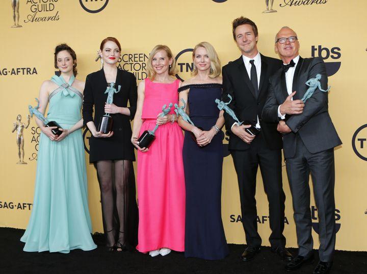 """Le casting de """"Birdman"""" à la ScreenActors Guild Awards, à Los Angeles (Californie), le 25 janvier 2015. De gauche à droite :Andrea Riseborough, Emma Stone, Amy Ryan, Naomi Watts, Edward Norton et Michael Keaton. (MIKE BLAKE / REUTERS)"""