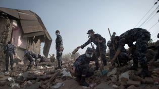 Des soldats népalais nettoient les débris du temple de Narayan, le 1er mai 2015 à Katmandou (Népal). (NICOLAS ASFOURI / AFP)