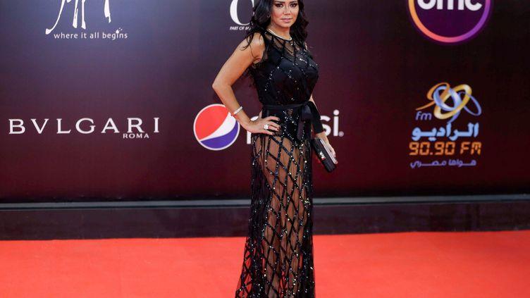 L'actrice égyptienne Rania Youssef pose sur le tapis rouge lors de la cérémonie de clôture de la 40e édition du Festival international du film du Caire le 29 novembre 2018. (SUHAIL SALEH / AFP)