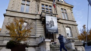 La photo de l'enseignant Samuel Paty est affichée sur la façade de la mairie de Conflans-Sainte-Honorine, dans les Yvelines, le 3 novembre 2020. (THOMAS COEX / AFP)