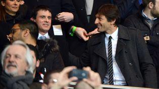 Le ministre de l'Intérieur, Manuel Valls, avec le directeur sportif du PSG, Leonardo, le 6 mars 2013 au Parc des Princes. (REAU ALEXIS / SIPA)