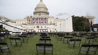 A quelques mètres de là, des chaises sont installées pour le public de la prestation de serment de Joe Biden, dans le respect de la distanciation sociale. (ANDREW CABALLERO-REYNOLDS / AFP)