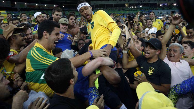 Neymar au milieu des supporters après son titre olympique (ANDRE PENNER/AP/SIPA / AP)
