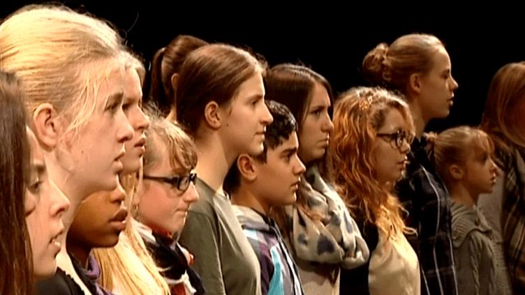 Des enfants à l'unisson contre les horreurs de la guerre.  (France 3)