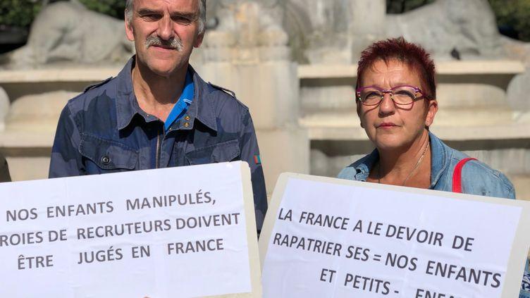Lydie Maninchedda et son mari Patricemanifestent pour le retour des jihadistes Français détenus par les forces Kurdes en Syrie, le 31 janvier 2019. (MATTHIEU MONDOLONI / FRANCEINFO)