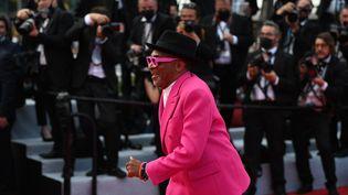 Le président du jury Spike Lee, haut en couleur et débordant d'énergie, brille sur le tapis rouge, quelques instants avant de monter les marches. (CHRISTOPHE SIMON / AFP)