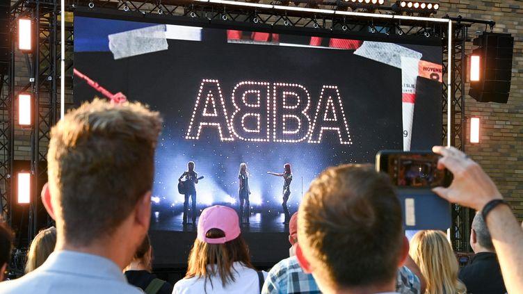 Les fans d'Abba découvre la sortie prochaine d'un nouveau album à Berlin, le 2 septembre 2021. (JENS KALAENE / DPA-ZENTRALBILD / AFP)