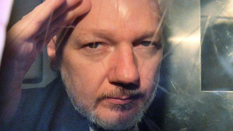 Julian Assange, à son arrivée au procès pouravoir violé les conditions de sa libération sous caution, en mai 2019. (DANIEL LEAL-OLIVAS / AFP)