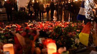 Hommage aux victimes de l'attentat de Berlin sur le marché de Noël où l'attaque a eu lieu, le 22 décembre 2016. (RAINER JENSEN / DPA / AFP)