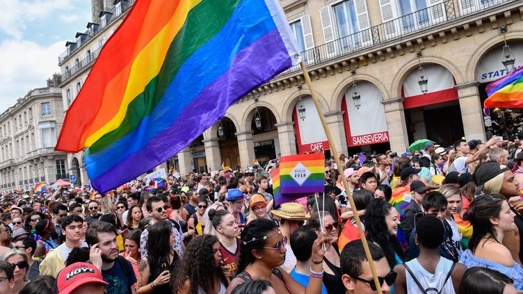 En France, des militants pour les droits des LGBT+ défilent contre la discrimination. (JULIEN MATTIA / NURPHOTO)