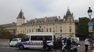 Les abords de la préfecture de police de Paris bouclés par les forces de l'ordre, le 3 octobre 2019. (AURORE JARNOUX / FRANCE-BLEU NATIONAL)