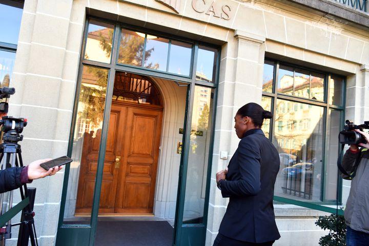 Caster Semenya arrive pour une audience historique devant le Tribunal arbitral du sport (TAS) à Lausanne le 18 février 2019. Semenya contestera une règle proposée par la Fédération internationale d'athlétisme (ex-IAAF) visant à limiter le taux de testostérone chez les coureuses.  (HAROLD CUNNINGHAM / AFP)