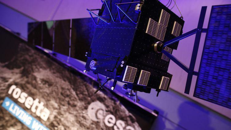Une maquette de la sonde Rosetta photographiée à l'Agence spatiale européenne à Darmstadt (Allemagne), le 30 septembre 2016. (RALPH ORLOWSKI / REUTERS)