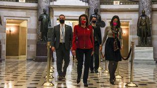 """La cheffe de file des démocratesà la Chambre des représentants, Nancy Pelosi, mène la marche des neuf """"procureurs"""" pour déposer l'acte d'accusation contre Donald Trump, le 25 janvier 2021 à Washington (Etats-Unis). (TASOS KATOPODIS / GETTY IMAGES NORTH AMERICA / AFP)"""