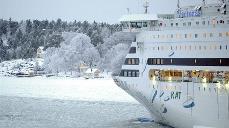 Un ferry trace sa route dans l'archipel de Stockolm, le 15/01/2010 (AFP/Olivier Morin)