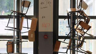 Une entrée d'université bloquée. (Photo d'illustration) (KENZO TRIBOUILLARD / AFP)
