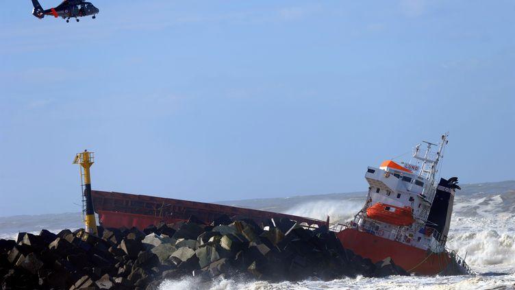"""Le cargo espagnol """"Luno"""", brisé sur une digue à Anglet (Pyrénées-Atlantiques), le5 février 2014. (GAIZKA IROZ / AFP)"""