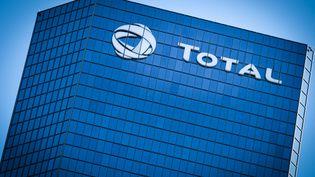 La tour Total dans le quartier d'affaires de La Défense, le 1er juin 2019. (ELKO HIRSCH / HANS LUCAS / AFP)