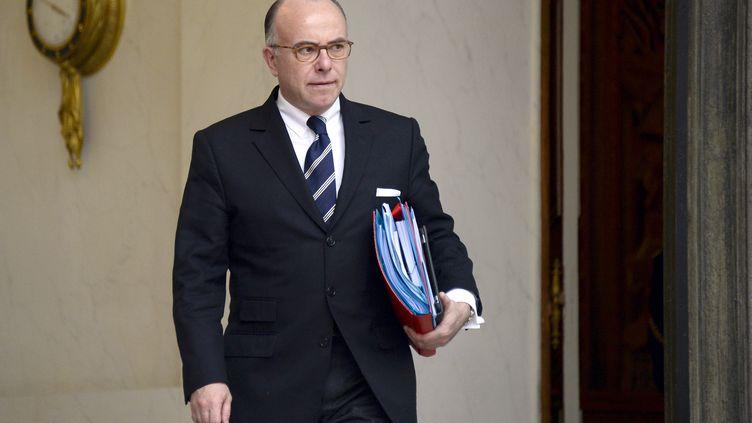 Le ministre délégué au Budget, Bernard Cazeneuve, quitte l'Elysée, à Paris, le 15 janvier 2014. (BERTRAND GUAY / AFP)