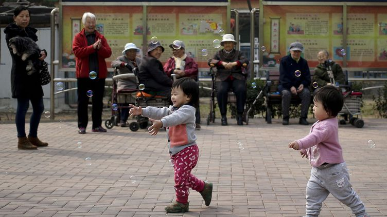La politque des deux enfants n'aura qu'un effet marginal sur l'accélération du vieillissement dans les vingt prochaines années, indique une étude du «Lancet», publiée le 14 octobre 2016. A l'horizon 2050, un quart de la population aura plus de 65 ans, comme au Japon. Selon l'étude,qui préconise l'abandon de la politique de la limitation des naissances, il y a un besoin urgent en Chine d'infrastrucutres pour la prise en charge de la dépendance. (Ng Han Guan /AP)