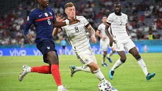 Paul Pogba et Toni Kroos à la lutte lors de France-Allemagne. (FEDERICO GAMBARINI / DPA)