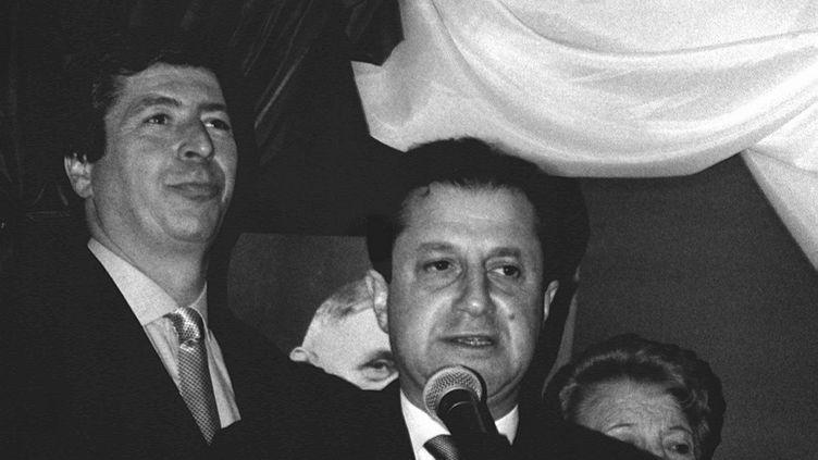 Le maire UMP de Levallois-Perret (Hauts-de-Seine), Patrick Balkany (G), et Didier Schuller (D), alors directeur général des HLM du département, photographiés en mars 1993. (MAXPPP)