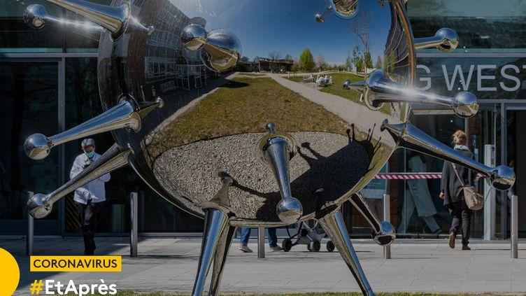 """Sculpture """"The Pathogen"""" de l'artiste Götz Lemberg à l'hôpital de Regensburg (Allemagne). (ARMIN WEIGEL / DPA / AFP)"""