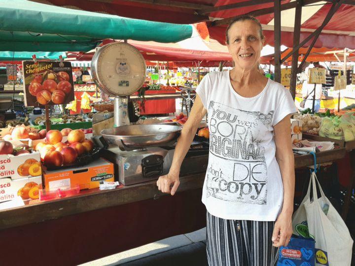 Antonella, depuis 46 ans sur le marché de Porta Palazzo, à Turin en Italie. (ISABELLE LABEYRIE / RADIO FRANCE)