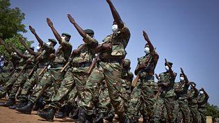Des soldats des forces maliennes armées (FAMA), lors d'une parade pour les soixante ans de l'indépendance malienne, le 22 septembre 2020. (MICHELE CATTANI / AFP)