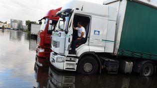 Des camions arrêtés par l'orage dans le Tarn-et-Garonne, le 1er septembre 2015. (THIERRY BORDAS / MAXPPP)