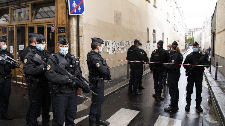Des policiers patrouillent dans le 11e arrondissement de Paris, après l'attaque au couteau devant les anciens locaux de Charlie Hebdo, vendredi 25 septembre 2020. (ALEXIS SCIARD  / MAXPPP)