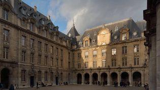 La cour d'honneur de la Sorbonne, à Paris, le 3 août 2020. (MANUEL COHEN / MANUEL COHEN / AFP)