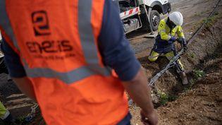 Des ouvriers d'Enedis travaillent sur des lignes à haute tension après le passage de la tempête Alex, à Sarzeau (Morbihan), le 2 octobre 2020. (LOIC VENANCE / AFP)