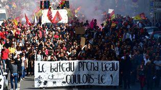 Des manifestants derrière une banderole, à Marseille (Bouches-du-Rhône), le 19 avril 2018. (GEORGES ROBERT / CROWDSPARK)