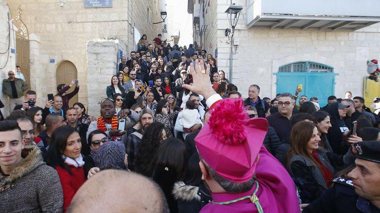 Le patriarchelatin de Jérusalem dans les rues de Bethléem le 24 décembre. (HAZEM BADER / AFP)