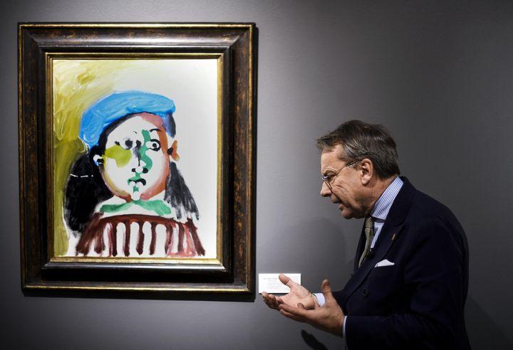 """Knut Knutson, propriétaire de la société de vente aux enchères Uppsala, présente la """"Fillette au béret"""" de Picasso avant l'enchère de la collection Neuman, 2016 (PONTUS LUNDAHL / TT NEWS AGENCY)"""
