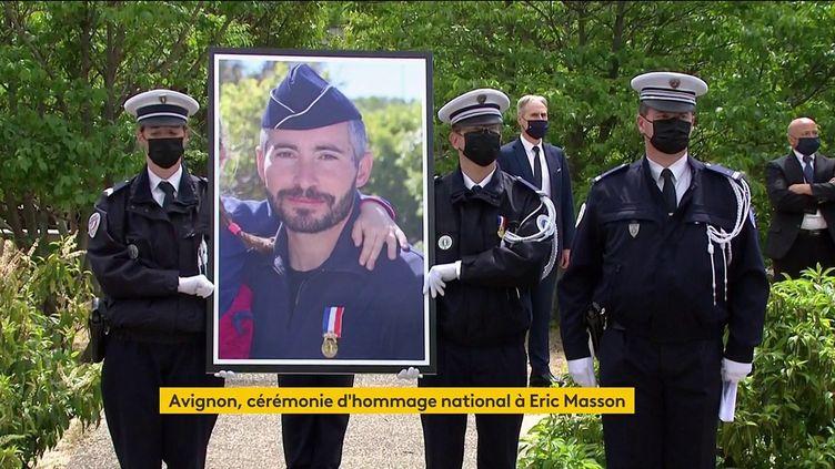 Un portrait d'Eric Masson est porté lors d'un hommage national rendu au policier tué, à Avignon (Vaucluse), le 11 mai 2021. (FRANCEINFO)