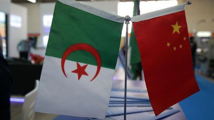 Drapeaux algérien et chinois lors de la Foire internationale d'Alger en 2018. (Billal Bensalem / NurPhoto)