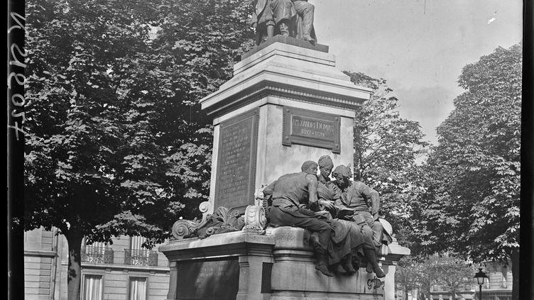 La statue du général Alexandre Dumas, place du général Catroux à Paris 17e, fondueen 1942 par les nazis (AGENCE ROL / BnF / MAXPPP)