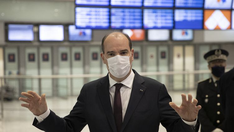 Le Premier ministre, Jean Castex, s'adresse à la presse lors de son déplacement à l'aéroport de Roissy, près de Paris, le 25 avril 2021. (IAN LANGSDON / AFP)