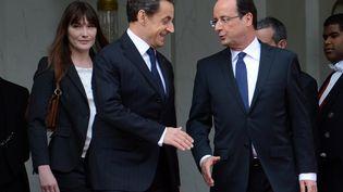 François Hollande et Nicolas Sarkozy lors de la passation de pouvoir du 15 mai 2012, à l'Elysée, à Paris. (ERIC FEFERBERG / AFP)