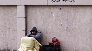 Un homme mendiedans la rue, le 26 décembre 2012 à Paris. (JOEL SAGET / AFP)
