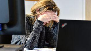 Une femme atteinte de stress au travail. (MAXPPP)