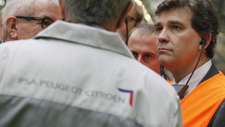 Le ministre du Redressement productif, Arnaud Montebourg, visite l'usine PSA de Douvrin (Pas-de-Calais), le 8 octobre 2012. (BAZIZ CHIBANE / SIPA)